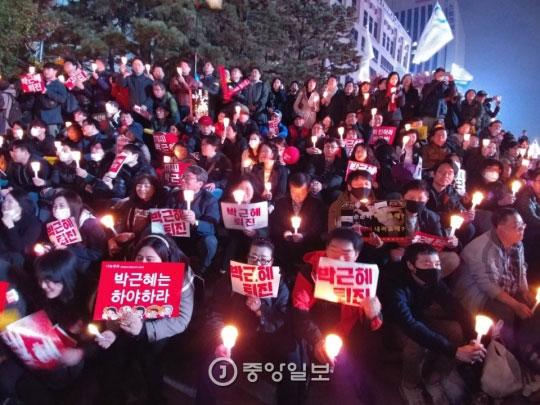 2016년 11월 12일 시민들이 광화문 광장 앞에서 초를 가득 밝히고 있다. 사진: 중앙일보
