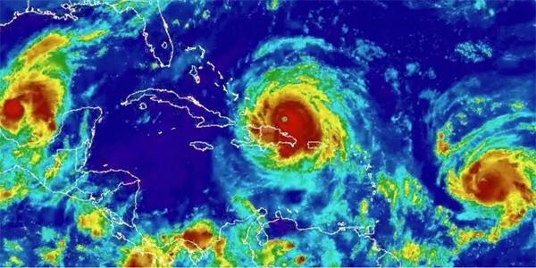 一列に整列した3つのハリケーン2