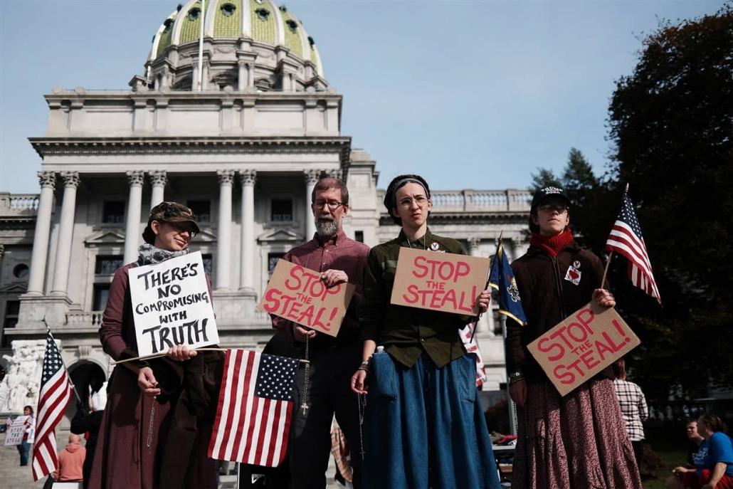 트럼프 대통령 지지자들이 'Stop the Steal' 슬로건을 들고 항의하고 있다.